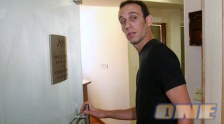 עודד קטש מגיע לפגישה במשרדים של שמעון מזרחי (ניר בוקסנבאום)