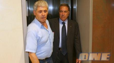 שמעון מזרחי מגיע לפגישה במשרדים (ניר בוקסנבאום)