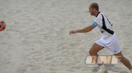 צחי אילוז במהלך הניצחון על יוון בטורניר כדורגל החופים