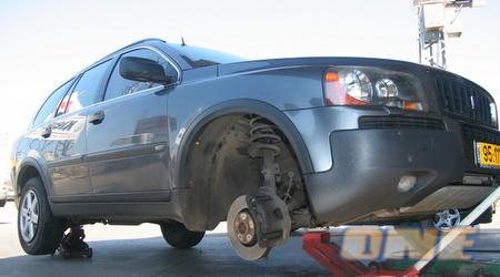 המכונית של רוני לוי במהלך הטיפול שעברה (עמית מצפה)