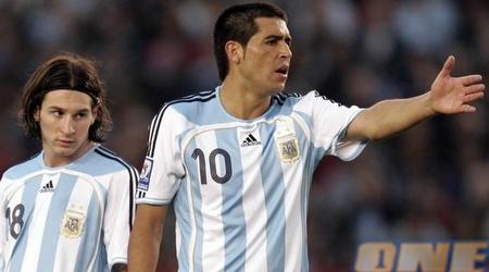 ריקלמה עם מסי במדי ארגנטינה. גם בנבחרת כיכב (רויטרס)