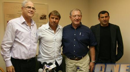 לוי עם שחר, צ'יזיק ודרסיליה לאחר החתימה (עמית מצפה)