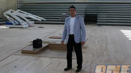 יוסי גבע בתוך האולם החדש (תומר גבאי)