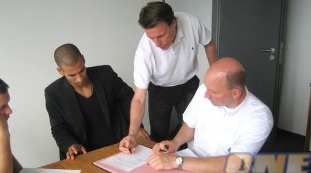 גל אלברמן חותם על החוזה במנשנגלאדבך (אורי ביטר)