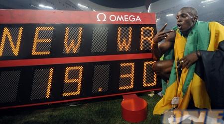 בולט עם שיא העולם המדהים ב-200 מ' (רויטרס)