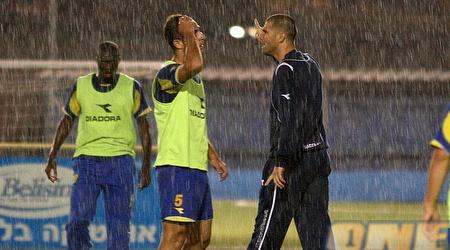 נמני מעביר אימון תחת גשם שוטף (אור שפונדר)