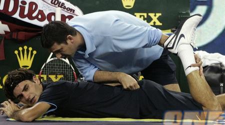 רוג'ר פדרר מקבל טיפול במהלך ההפסד למארי (רויטרס)