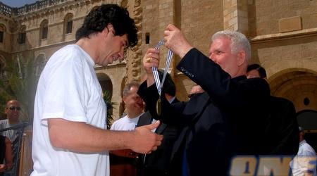 אלברטיני מקבל מדליה כהוקרה על פועלו במרתון (שי לוי)