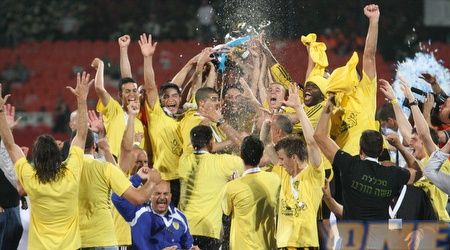 """שחקני בית""""ר ירושלים חוגגים עם התואר האחרון, גביע המדינה (עמית מצפה)"""