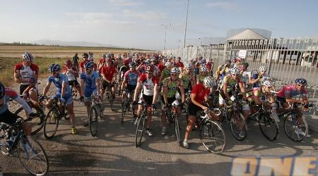 רוכבי האופניים על קו הזינוק באליפות (שי גיטרמן)
