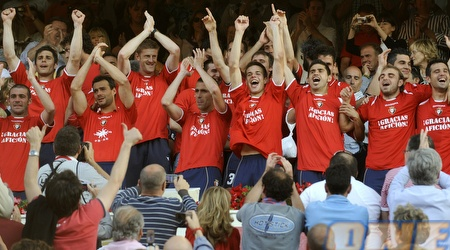 שחקני אוסאסונה חוגגים לאחר הניצחון על ריאל, שהשאיר אותם בליגה (רויטרס)