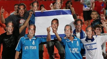 אוהדי נבחרת ישראל ביציע מביעים את אהבתם לקוסם (תומר גבאי)