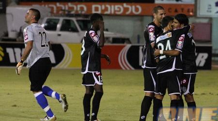 שחקני חיפה חוגגים עם רפאלוב. גם אדרי הגיע לברך את חברו הטוב (עמית מצפה)