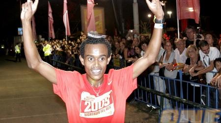 המנצח טסמה מגוס חוגג את הניצחון בפארק הירקון (אמיר לוי)