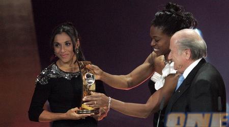 מארטה והפרס. בפעם הרביעית ברציפות זוכה הברזילאית (GettyImages)