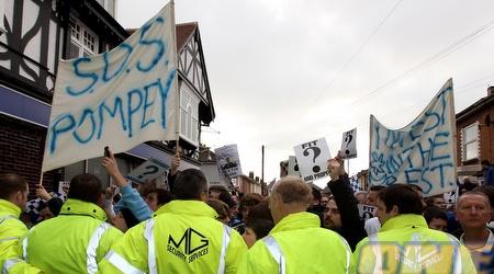 אוהדי פורטסמות´ מפגינים בעקבות הקשיים הכלכליים של המועדון (GettyImages)