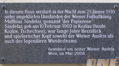 שלט בכניסה לאצטדיון בווינה המספר את סיפורו של סינדלר (JKB)