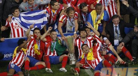 אתלטיקו מדריד בצילום קבוצתי עם הגביע הקדוש (רויטרס)