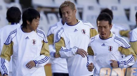 הונדה באימון נבחרת יפן. הגיע ככוכב הגדול ביותר של הנבחרת (רויטרס)
