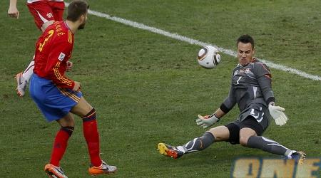 בנאליו עוצר את פיקה באחד על אחד במשחק מול ספרד (רויטרס)