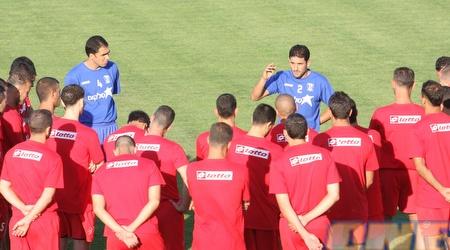 עבאס סואן מדבר עם השחקנים באימון הבכורה (עמית מצפה)