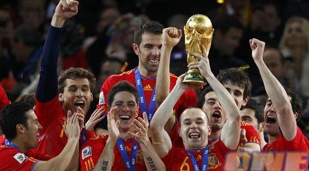 אינייסטה עם הגביע שהביא לספרדים (רויטרס)