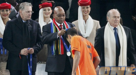 ואן ברונקהורסט מקבלת את מדליית הכסף במשחקו האחרון בהולנד (רויטרס)