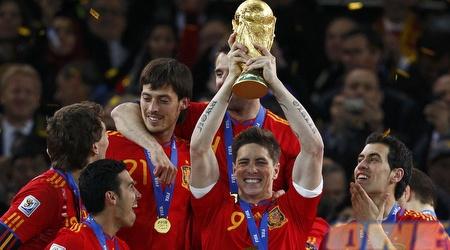 פרננדו טורס מניף באושר ענק את הגביע העולמי (רויטרס)