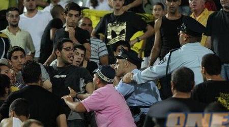 """העימות בין השוטרים לאוהדי בית""""ר ירושלים בבלומפילד (יניב גונן)"""