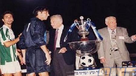 דוידוביץ´ מקבל את גביע המדינה מעזר ויצמן (האתר הרשמי של מכבי חיפה)