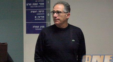 גיורא שפיגל, כוכב עבר נוסף של מכבי הגיע להתפלל לשלומו של אבי כהן (יניב גונן)
