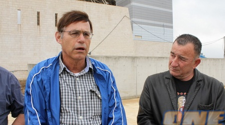אבי סמובסקי (משמאל) מהחברה לפיתוח פתח תקווה (מור שאולי)