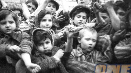 """ילדים ששרדו את השואה. """"כשיענקל'ה יצא ראיתי ילד חיוור"""" (רויטרס)"""
