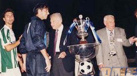 בנאדו ודוידוביץ' מקבלים מעזר וייצמן את הגביע ב-98' (האתר של מכבי חיפה)