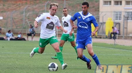 יגאל אנטבי מול דידי אונגר. הכחולים נשארו בליגת העל (שי לוי)