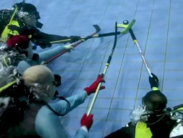קבוצת צוללנים החליטה לקיים משחק הוקי מתחת למים