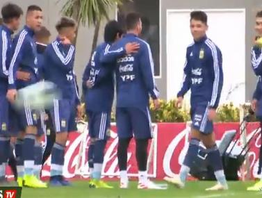 שחקני נבחרת הנוער של ארגנטינה מצטלמים עם הכוכב הגדול ביותר