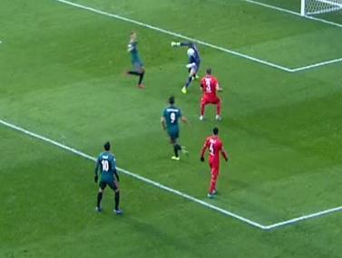 שוערה של טוונטה עזר לנואה לנג לכבוש שלושער במשחק