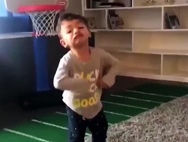 ילד בן שנה שכובש את הרשת עם ביצועים מרשימים לגילו