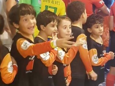 הילדים בכניסה למשחק חצי הגמר מחכים לשחקן אחד