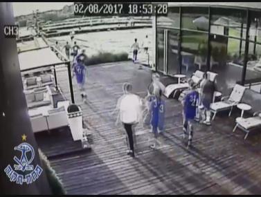 """תיעוד ממצלמות האבטחה: אנשי פ""""ת מותקפים"""