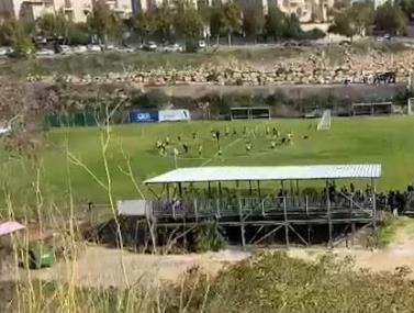 """אוהדי בית""""ר ירושלים מוחים באימון"""