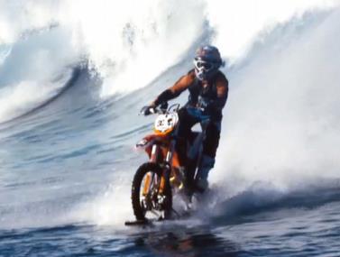 מדהים...גלישת גלים עם אופנוע שטח!