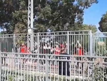 אוהדי הפועל חיפה מעודדים באימון
