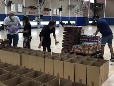 מאות חבילת מזון בתרומה של ברק אברמוב