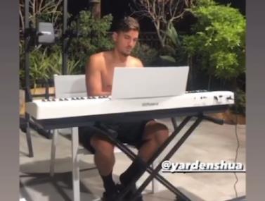 ירדן שועה מציג יכולות על הפסנתר