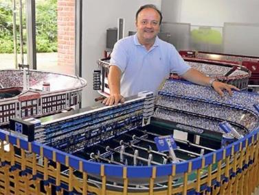 מרטין סטולה הוא מעצב שהתפרסם בזכות השולחנות שהוא בונה