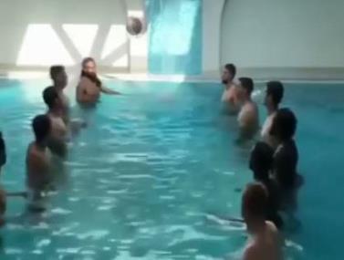 הבלגים עושים את אתגר הנגיחות, הפעם בבריכה.