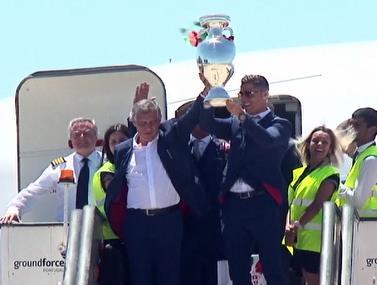 צפו: נבחרת פורטוגל נוחתת עם הגביע