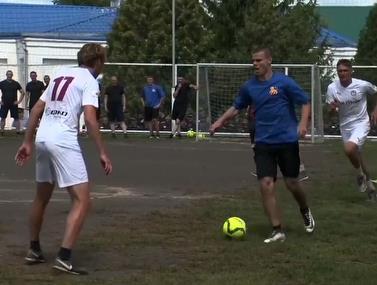 שחקני הכדורגל של רוסיה מציגים יכולות בכלא